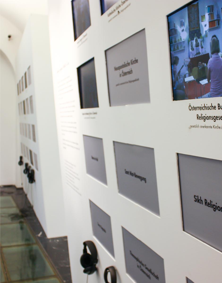 """Ausstellungsgrafik für die Ausstellung """"Wo die Götter zuhause sind"""" im GrazMuseum von der Werbeagentur look! design"""